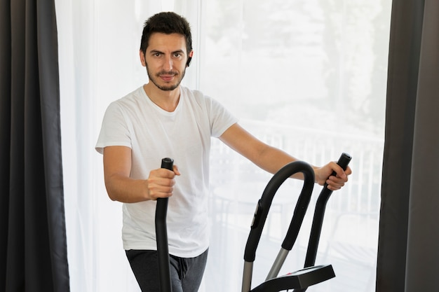 Während der quarantäne treibt ein mann zu hause sport.