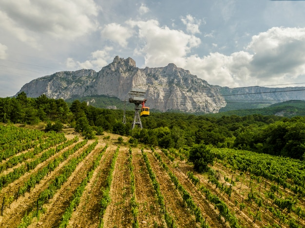Während der sommersaison kann man mit der luftseilbahn auf den gipfel des berges fahren