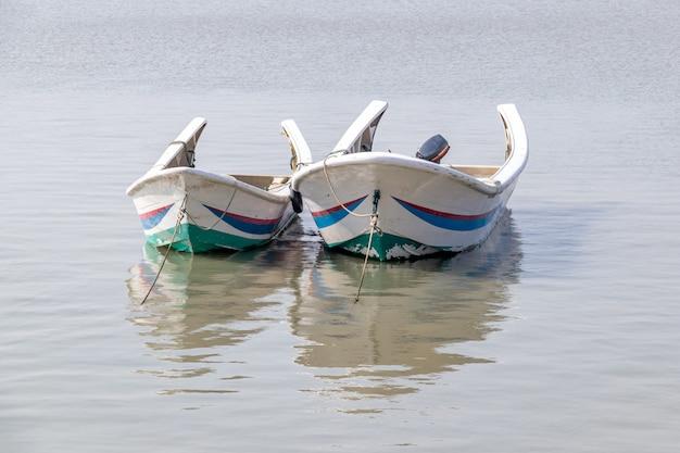 Während des fischereimoratoriums legte das fischerboot am meer an