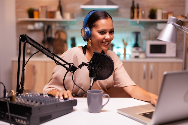 Während des podcasts im heimstudio in ein professionelles mikrofon sprechen
