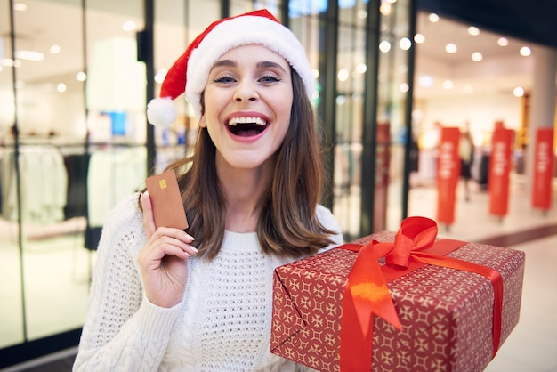 Während des weihnachtseinkaufs ist eine kreditkarte sehr wichtig