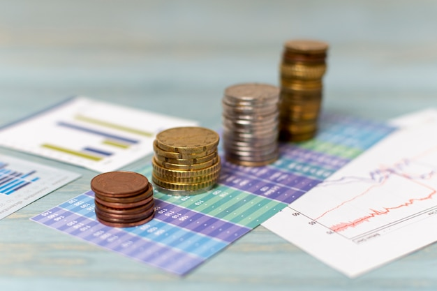 Währungsumtausch und stapel von münzen