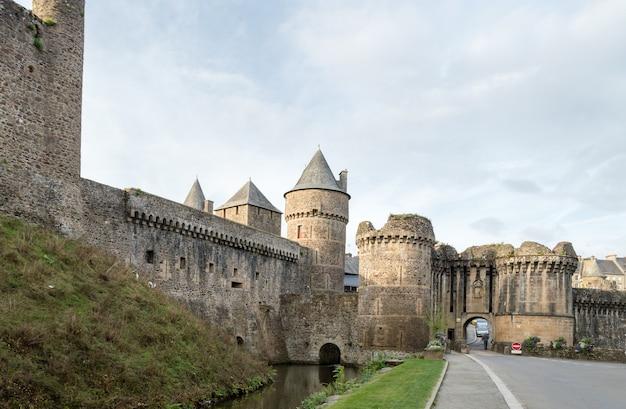 Wände der befestigten stadt von fougeres, bretagne region, frankreich.