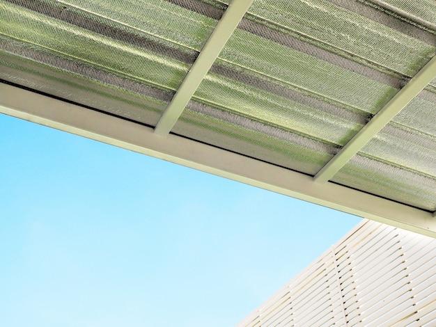 Wärmedämmung unter dem dach des hauses, dampffolie silber, reflektierende folienwärme von sonnenlicht.