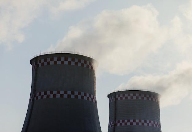 Wärmekraftwerk außerhalb der stadt. umweltverschmutzung und atmosphärische dampfemissionen
