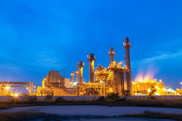 Wärmekraftwerk für industriegebiet am sonnenuntergang und twilight.