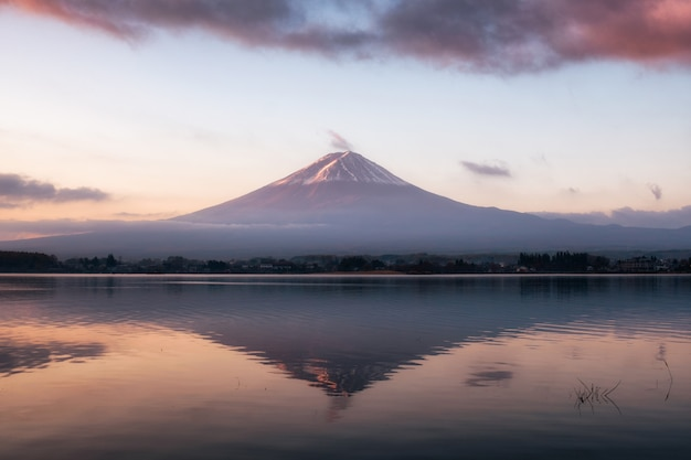 Wärmereflexion kawaguchiko see des bergvulkans fuji-san bei sonnenaufgang