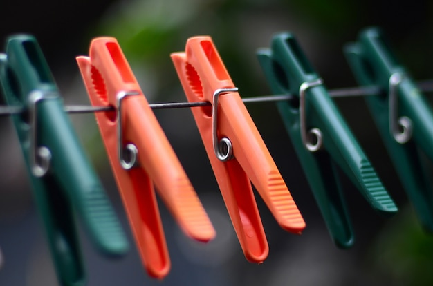 Wäscheklammern auf einem seil, das außerhalb des hauses und des apfelbaums hängt