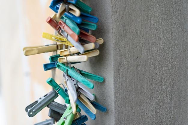 Wäscheklammern in verschiedenen farben hängen an einem seil