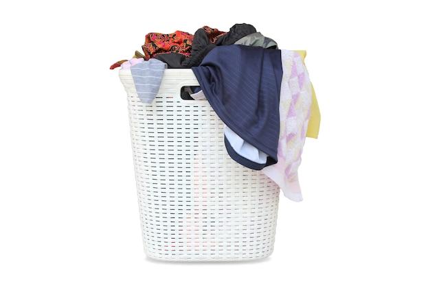 Wäschekorb mit schmutziger kleidung lokalisiert auf weißem hintergrund