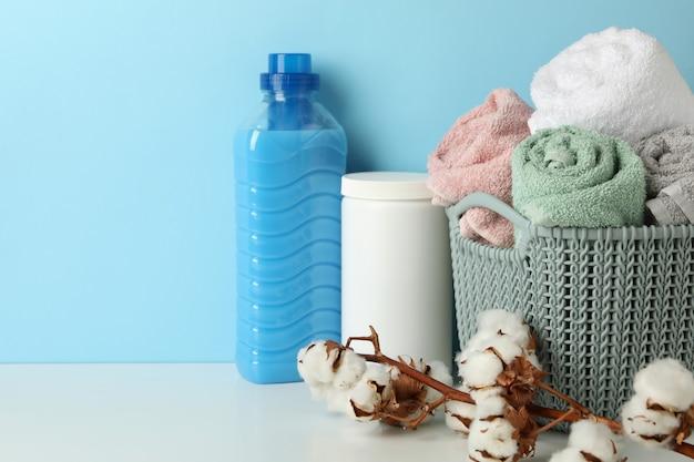 Wäschezubehör auf weißem tisch gegen blau