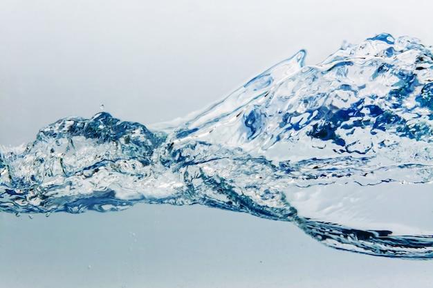Wässern sie spritzen mit den luftblasen, getrennt auf dem weißen hintergrund