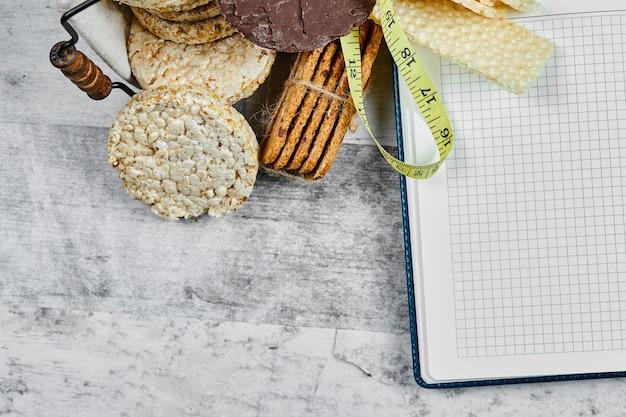 Waffel und cracker mit einem notizbuch beiseite.