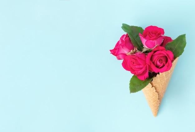 Waffelkegel mit blumenstrauß von schönen rosen