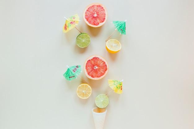 Waffelkegel mit zitrusfrüchten und cocktailschirmen