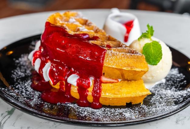Waffeln mit erdbeer- und vanilleeis