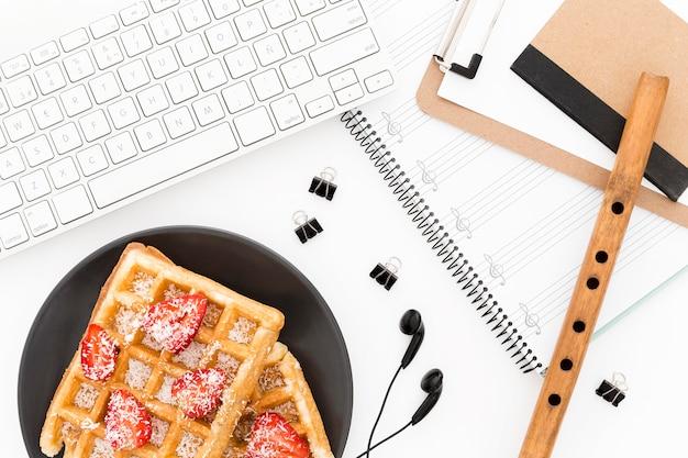 Waffeln zum frühstück auf dem schreibtisch