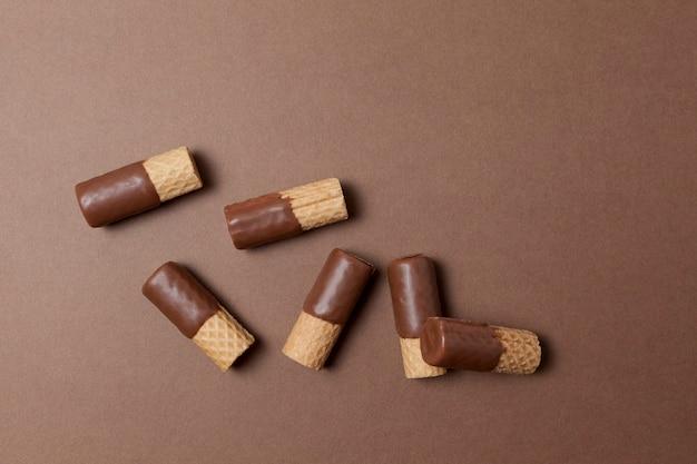 Waffelröllchen halb mit milchschokolade überzogen