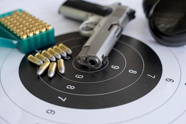 Waffen mit munition auf papierzielschießpraxis