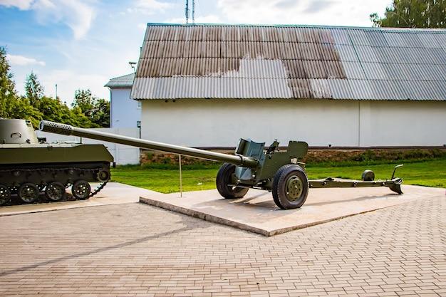 Waffenausstellung unter freiem himmel, panzer des zweiten weltkriegs. gedenkkomplex in nesvizh, weißrussland.