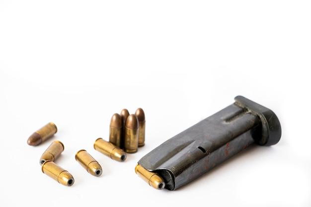 Waffenmagazin und kugeln isoliert