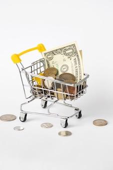 Wagen voller geld. währung. lebensmittelwagen mit geld aus verschiedenen ländern. wirtschaft, preisanstieg. steigende preise.
