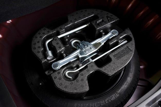 Wagenheber und radwechselwerkzeugsatz im ersatzreifen des autos.