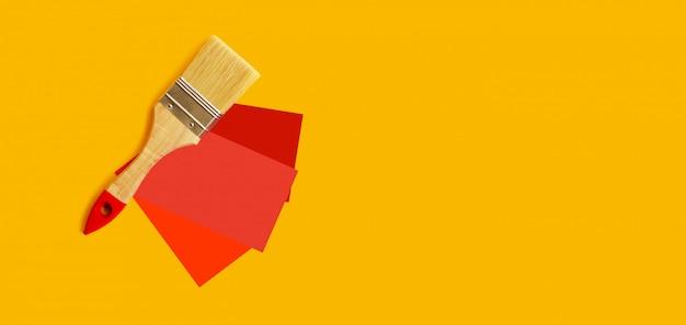 Wahl der roten farbe für die wände. pinsel und farbmuster. kopieren sie platz.