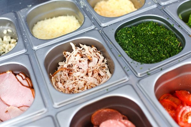 Wahl der sandwichfüllungen in metallbehältern
