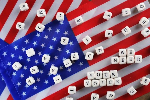 Wahl-simbol auf usa-flagge viele würfel mit buchstaben
