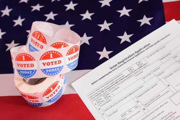 Wahlen in den vereinigten staaten werden mit gesichtsmasken abgehalten, um eine ansteckung zu verhindern.