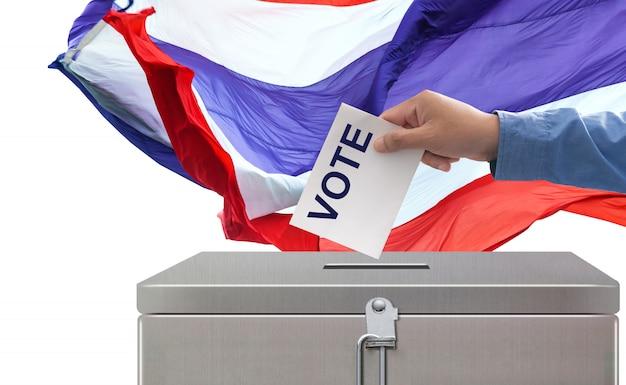 Wahlen in thailand, hand, die abstimmungspapierwahl und demokratiekonzept setzt