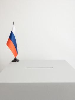 Wahlurne mit nationalflagge russlands. präsidentschaftswahl 2018