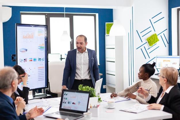 Wahnsinniger nervöser manager im besprechungsraum schreit