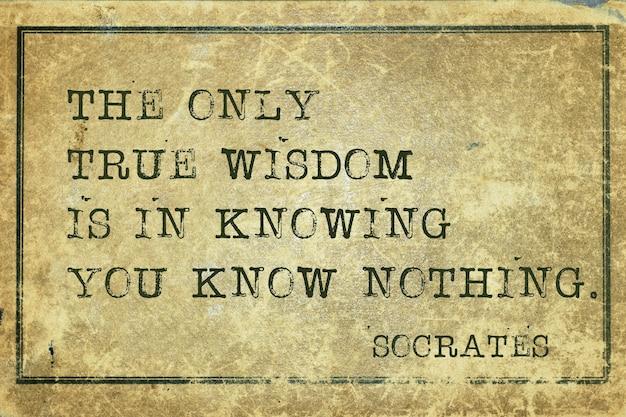 Wahre weisheit liegt darin, zu wissen, dass man nichts weiß - zitat des antiken griechischen philosophen sokrates, gedruckt auf grunge-vintage-karton