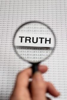 Wahrheitskonzept anordnung mit einer lupe
