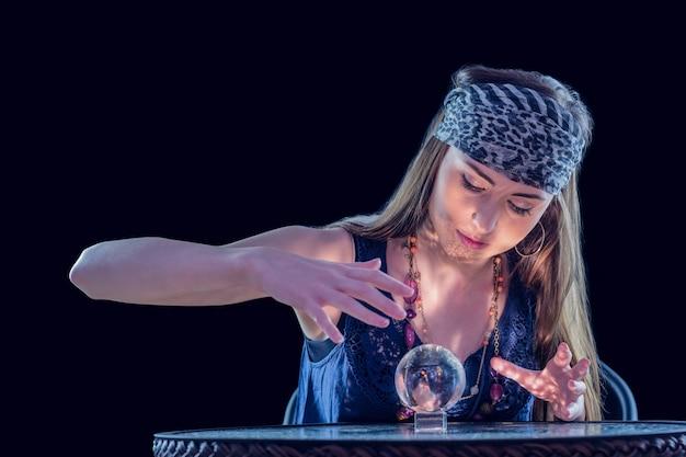 Wahrsager, der kristallkugel verwendet