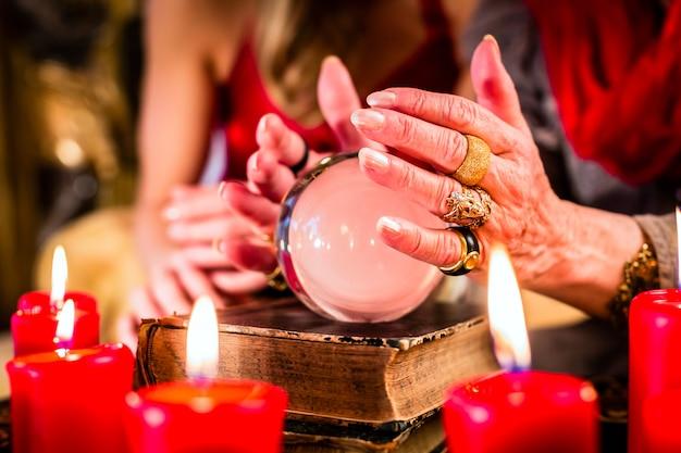 Wahrsager während seance mit kristallkugel