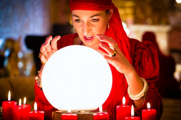 Wahrsagerin bei seance oder session mit crystal ball