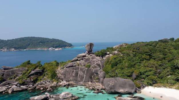 Wahrzeichen der similan-inseln wo menschen auf der ganzen welt kommen wunderschönes kristallklares meer auf der tropischen insel similan-insel andamanensee thailand