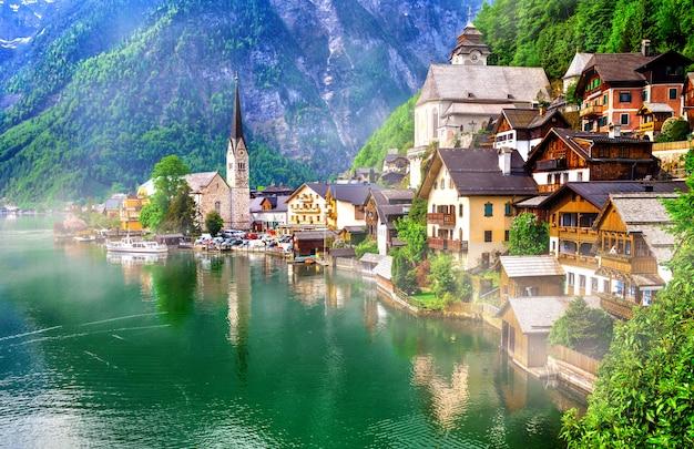 Wahrzeichen österreichs. smaragdsee und schönes dorf halstatt in den österreichischen alpen