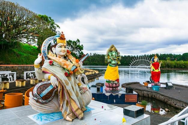 Wahrzeichen von mauritius - grand bassin hindu tempel in der nähe des sees