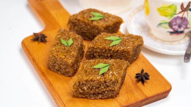 Wajik ist ein indonesischer snack aus gedämpftem klebreis mit palmzucker, kokosmilch und pandan