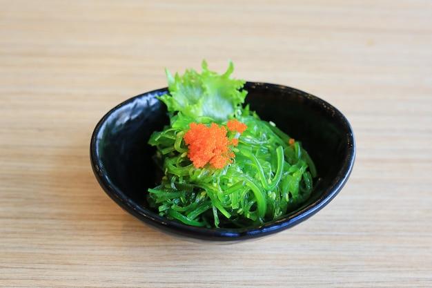 Wakame salat mit garnelenei. japanisches essen.