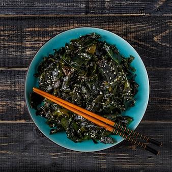 Wakame-salat, roher seetang, japanische küche.