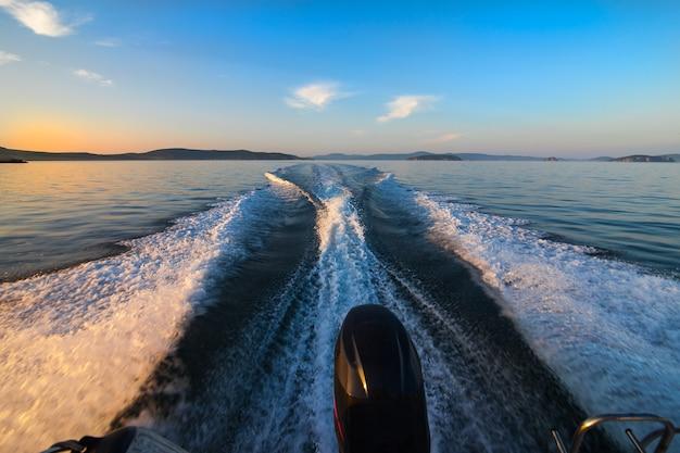 Wake-track an der meeresoberfläche nach einem boot