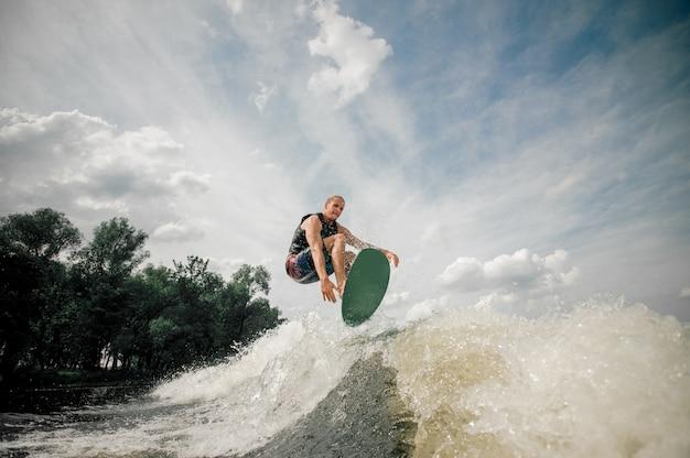 Wakeboarder führt verschiedene tricks in einem sprung aus