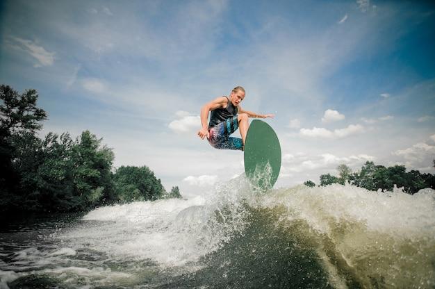 Wakeboarder reitet die spur hinauf