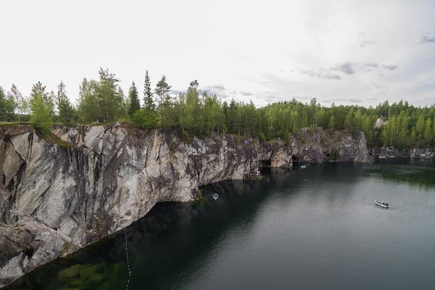 Wald auf den steinen über dem seewasser
