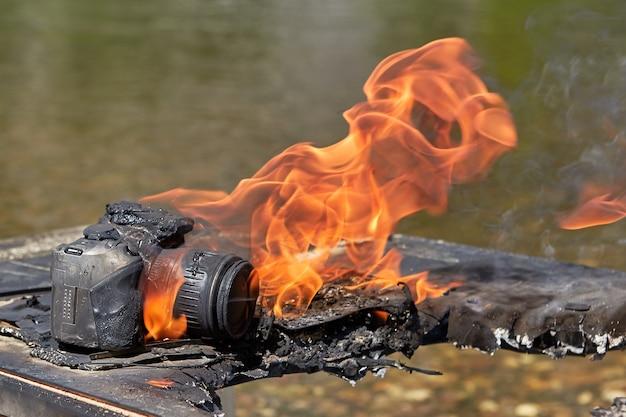 Waldbrand breitete sich auf das lager der wandertouristen aus und zerstörte das eigentum des amateurfotografen.